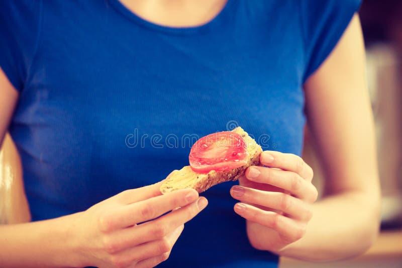 准备健康早餐的妇女做三明治 免版税库存图片