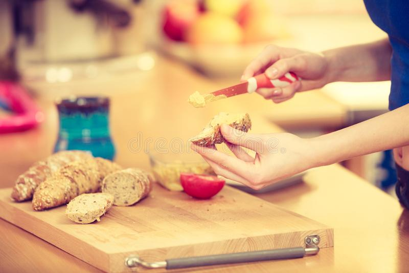 准备健康早餐的妇女做三明治 库存图片