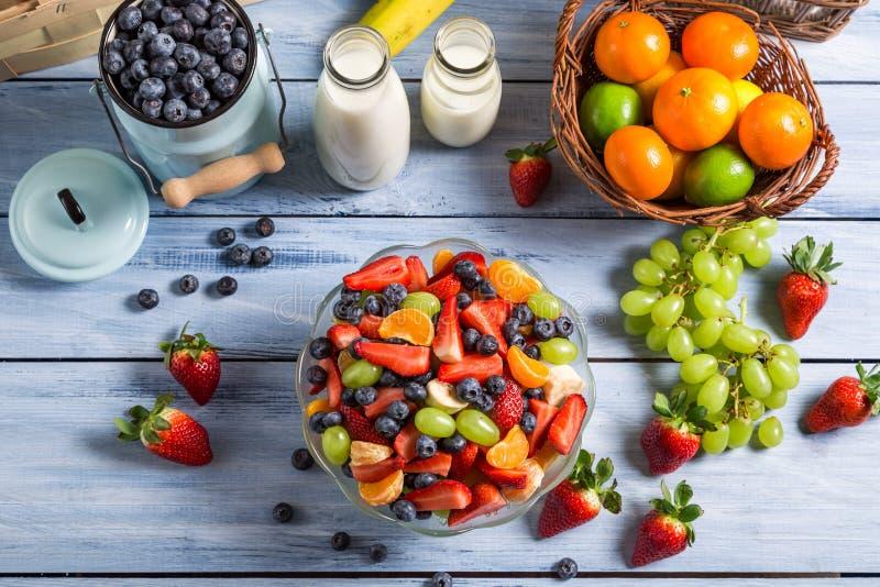 准备健康春天水果沙拉 免版税图库摄影