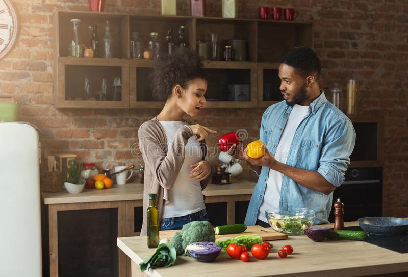 准备健康沙拉的非裔美国人的夫妇 免版税库存图片