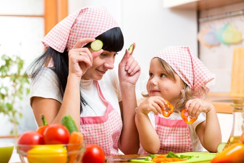 准备健康食物的妈妈和孩子 免版税库存照片