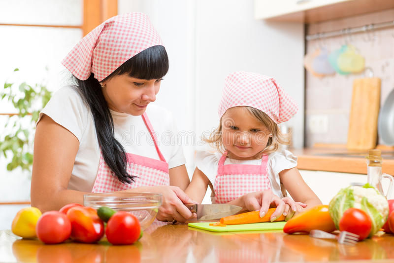 准备健康食物的妈妈和孩子 免版税库存图片