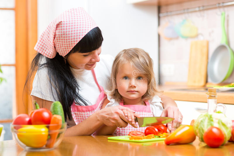 准备健康食物的母亲和孩子女孩 免版税库存图片