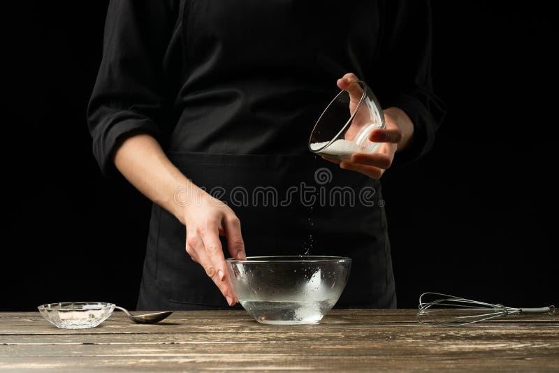 准备发酵面团,在黑暗的背景的贝克 面包店概念和面团准备 免版税库存照片