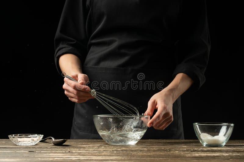 准备发酵面团,在黑暗的背景的贝克 面包店概念和面团准备 库存照片