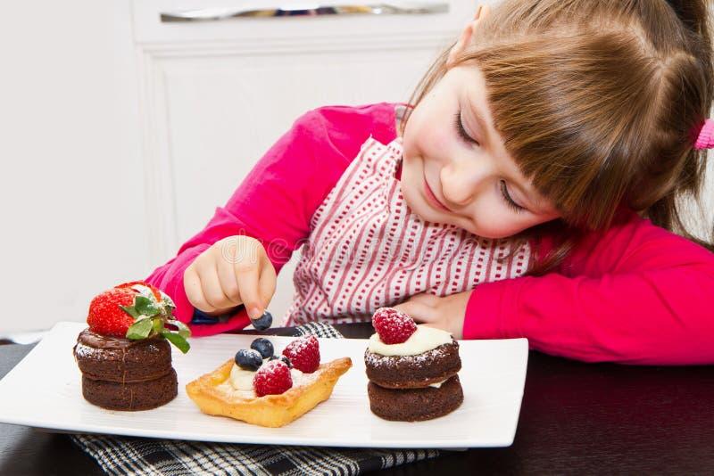 Download 准备和吃蛋糕用果子的小女孩 库存图片. 图片 包括有 browne, 来回, 装饰, 鲜美, 蛋糕, 果子 - 72359575