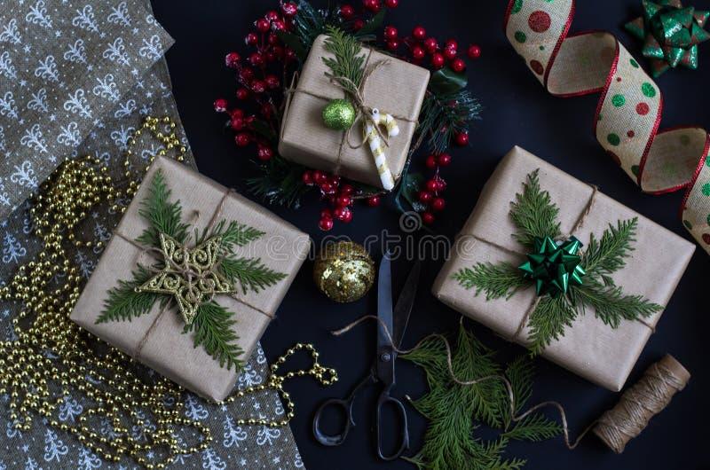 准备圣诞节或新年礼物 制作手工制造 免版税库存图片
