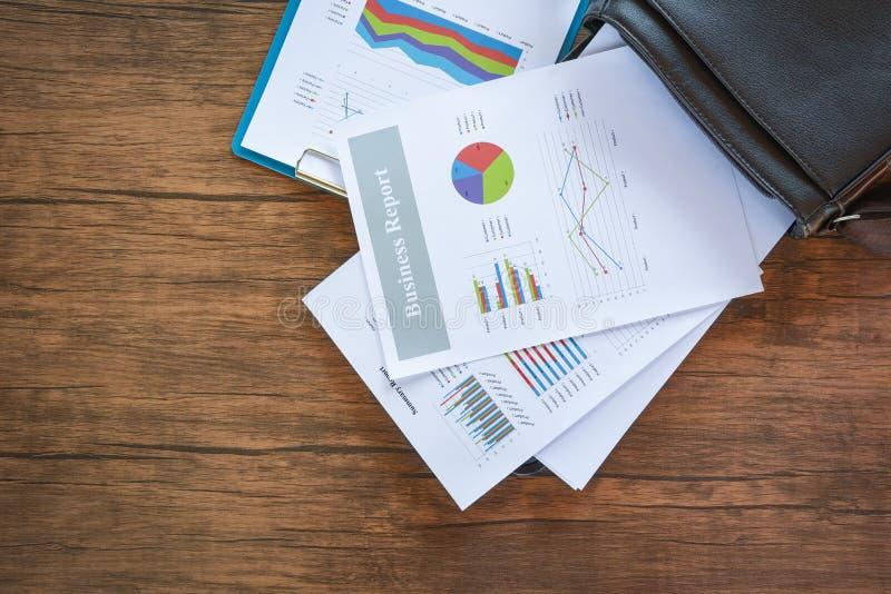 准备在公文包袋子/综合报告的业务报告图图表在统计盘旋在纸商业文件的圆形统计图表 免版税库存照片