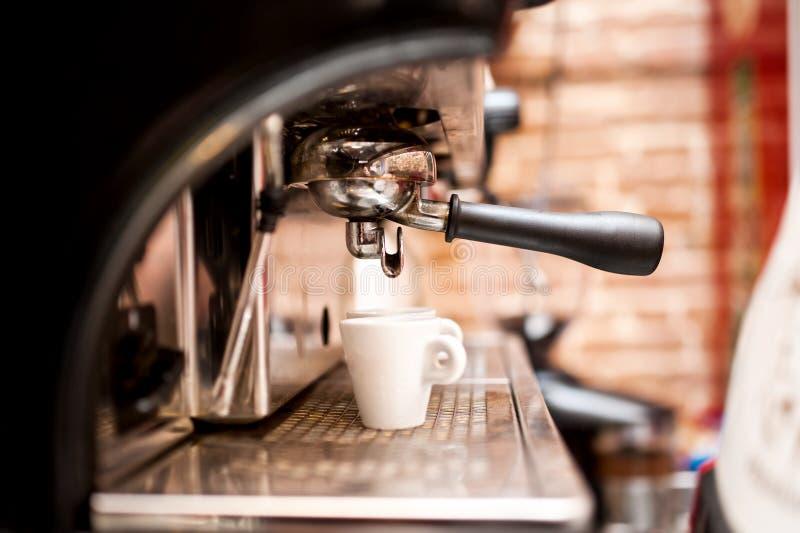 准备在咖啡店的机器浓咖啡 免版税库存图片