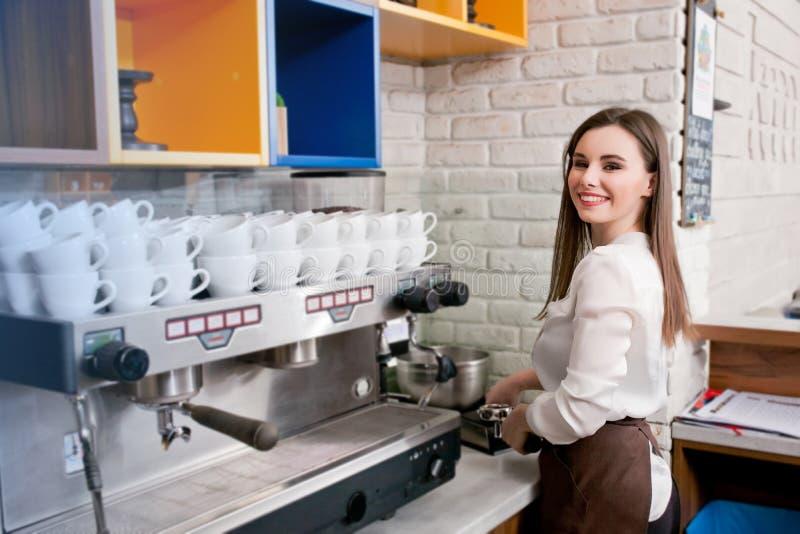 准备在咖啡馆barista的女孩咖啡 图库摄影