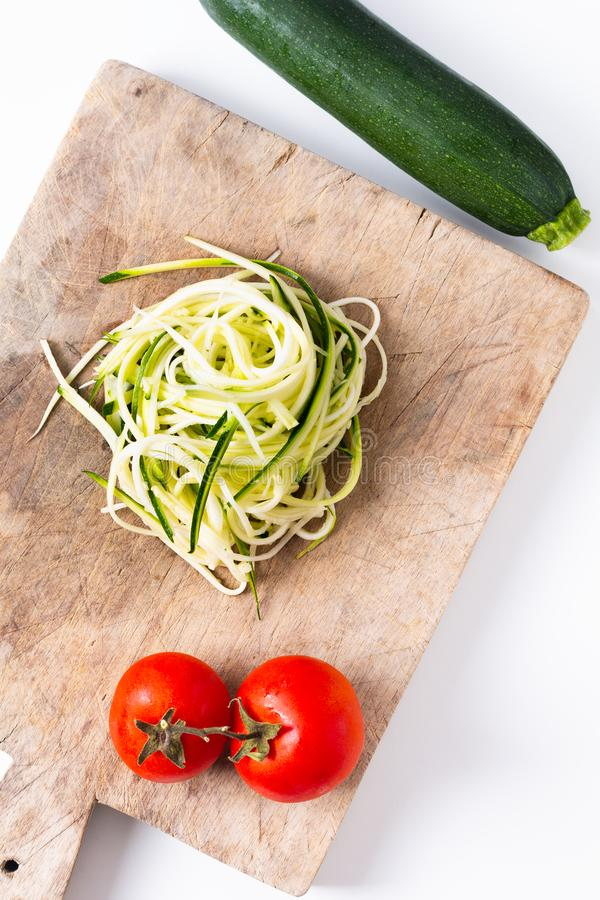 准备在木板的健康食品概念Guilten自由的夏南瓜面条面团 库存图片