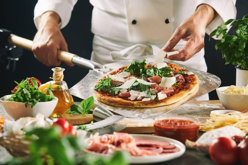 准备在桨的厨师意大利比萨 库存照片