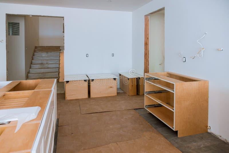 准备在现代厨房安装新的风俗 免版税图库摄影