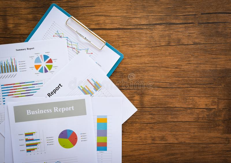 准备在统计的业务报告图图表ummary报告盘旋在纸商业文件的圆形统计图表 库存图片