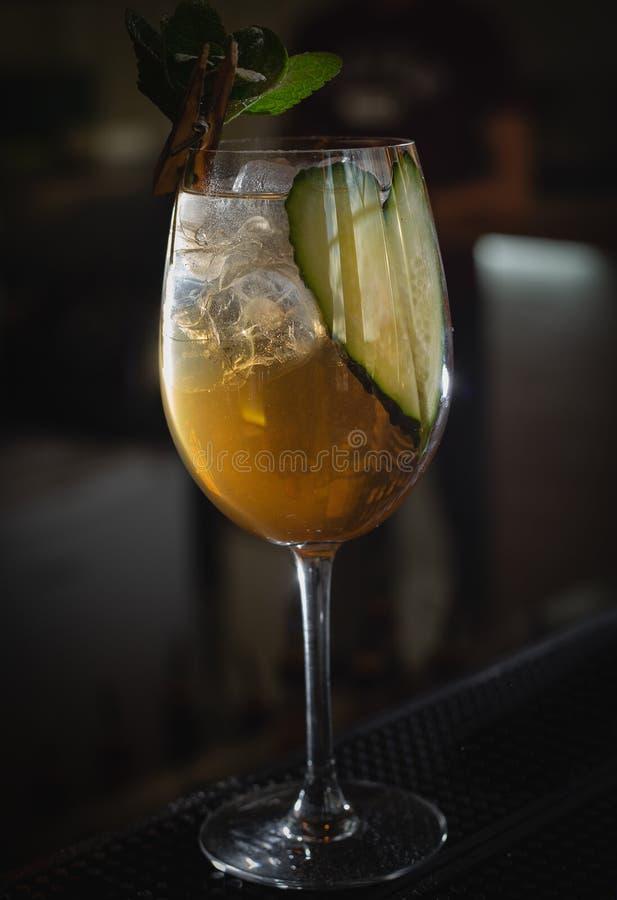 准备在酒吧立场的可口新鲜的鸡尾酒 免版税库存图片