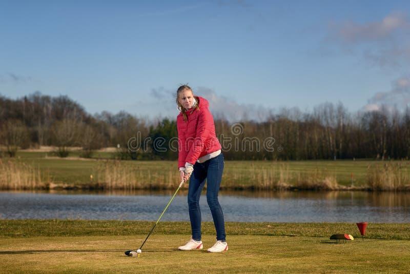 准备在高尔夫球场的妇女 免版税库存照片