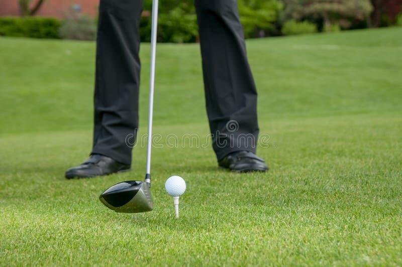 准备在高尔夫球场的高尔夫球运动员 免版税图库摄影