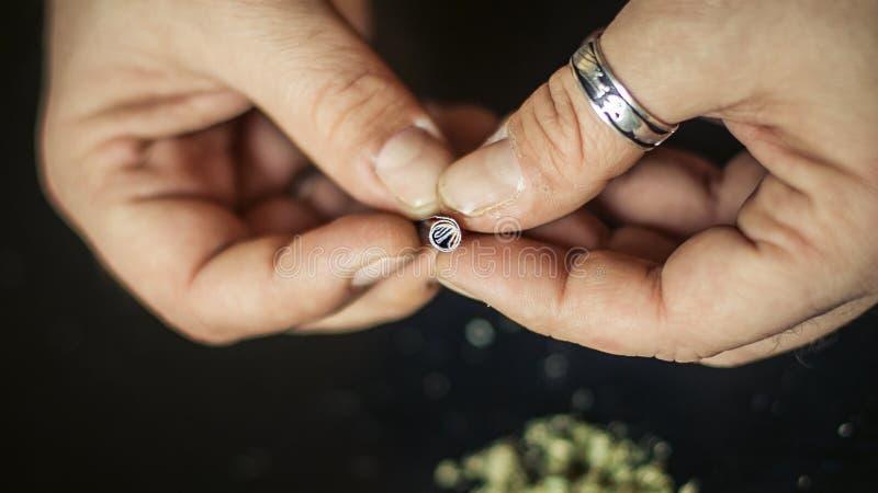 准备大麻大麻联接 使麻醉概念服麻醉剂 免版税库存图片