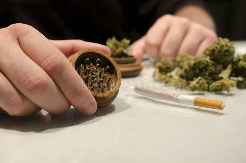 准备大麻药物雪茄的匿名人 免版税库存图片