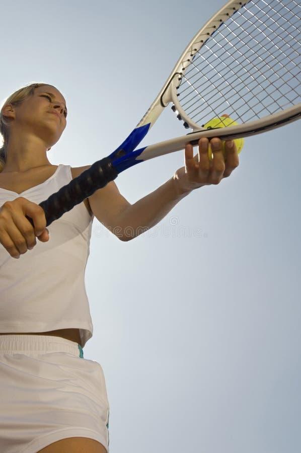 准备女性的网球员服务 图库摄影