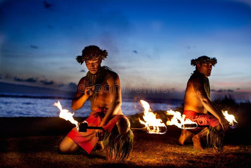 准备好二个夏威夷的人跳舞与火 免版税库存图片