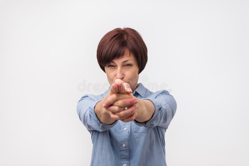准备好危险欧洲成熟的妇女击中您 库存照片