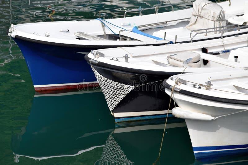 准备好各种各样的颜色小船设置风帆 库存照片