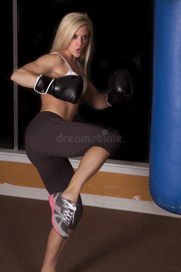 准备好妇女的健身房踢 免版税图库摄影