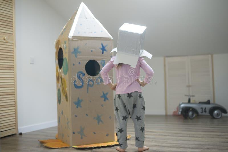 准备好小的宇航员到星旅行 免版税库存照片