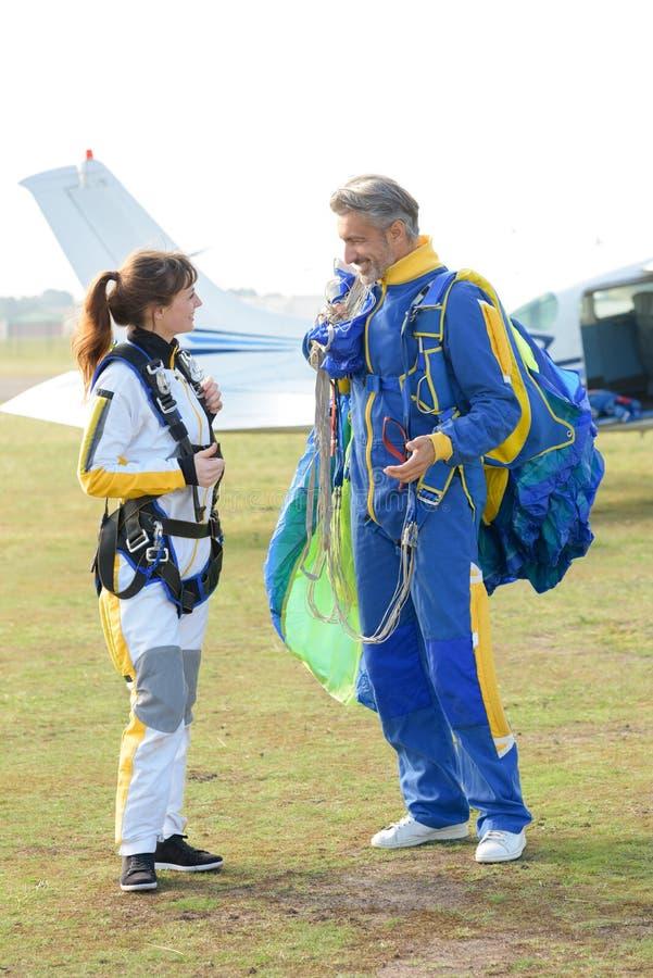 准备好尽量延缓张伞的跳伞运动的一前一后从飞机跳跃 免版税库存照片