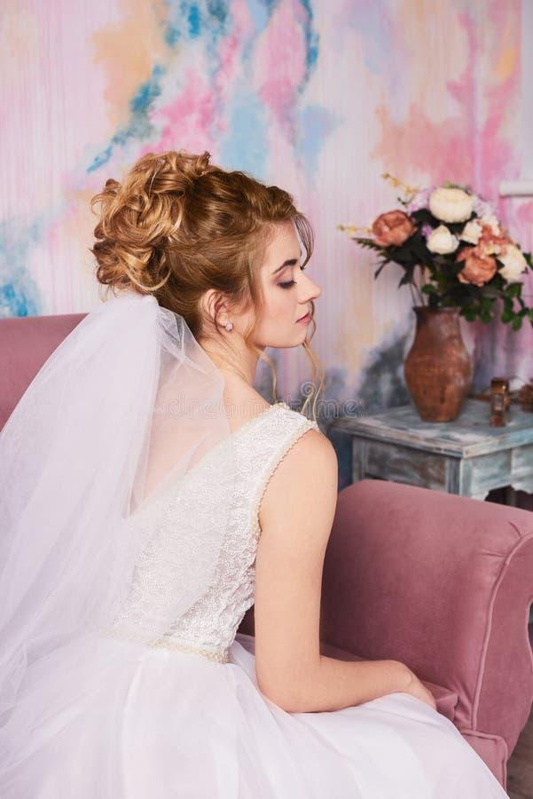 准备好年轻美丽的新娘婚礼摄影射击,她等待的新郎 库存图片