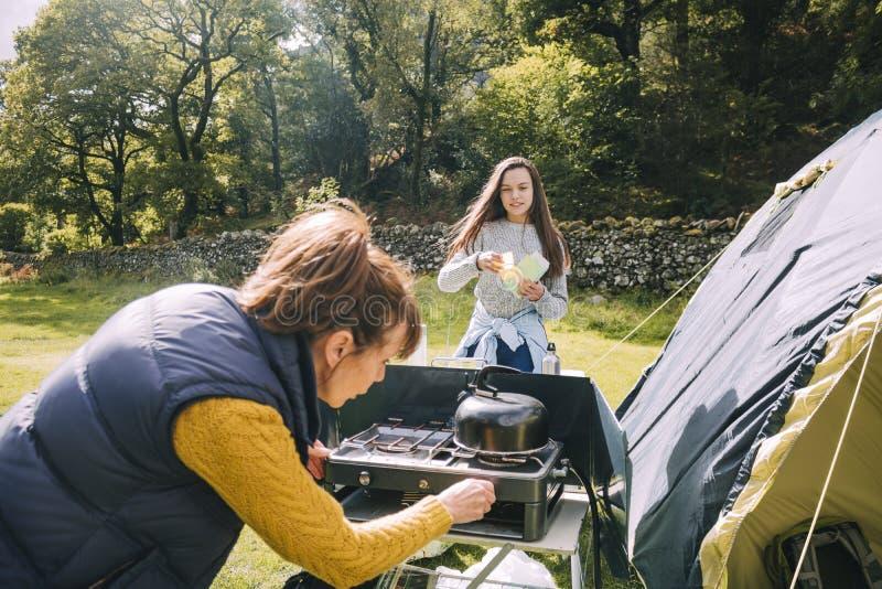 准备好早餐在帐篷 库存照片