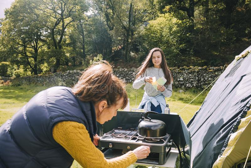 准备好早餐在帐篷 图库摄影