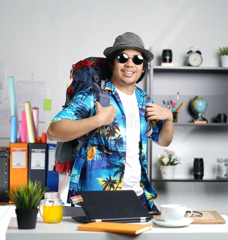 准备好时髦的年轻的人旅行 在Offi的运载的大背包 库存照片