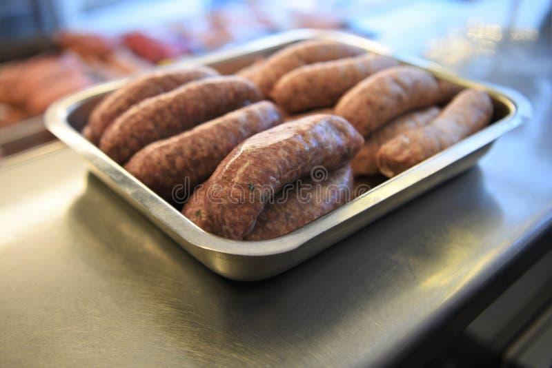 准备好未加工的香肠烤肉 库存图片