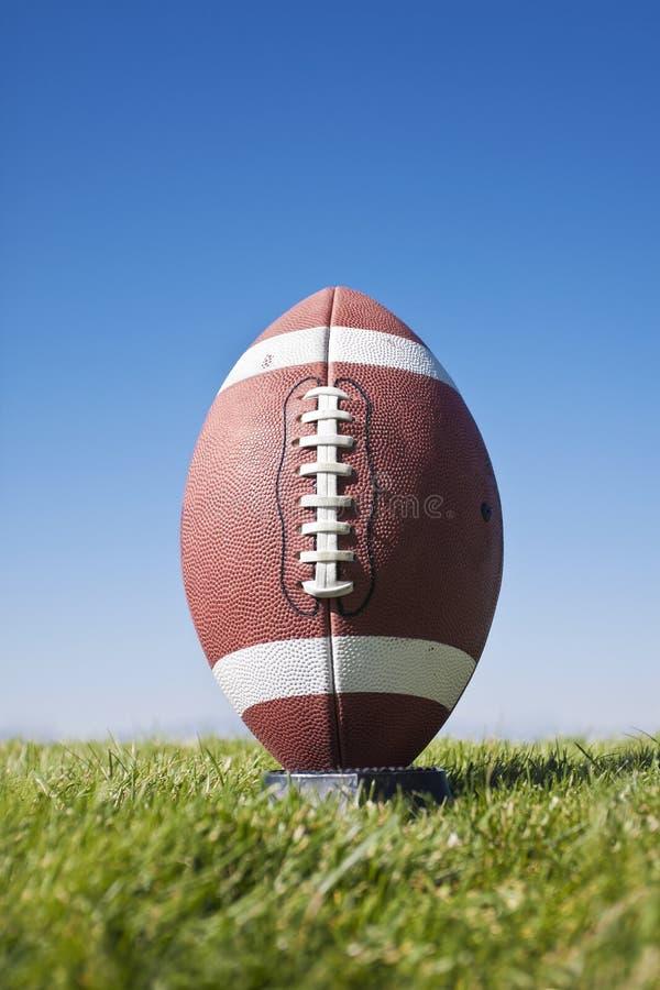 准备好橄榄球的开球 免版税库存图片