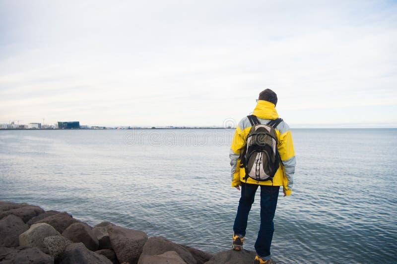 准备好游人好的设备探索斯堪的纳维亚或北欧国家 旅游旅行家概念 在海的游人 库存图片