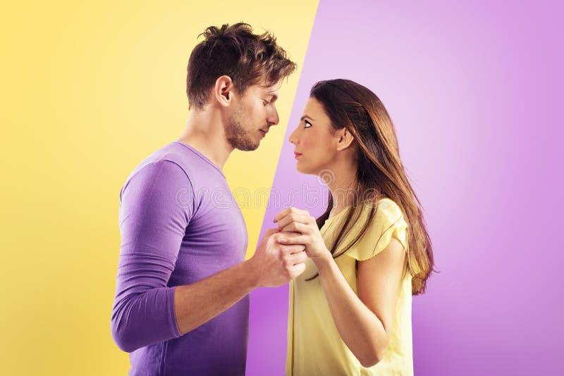 准备好爱的夫妇互相亲吻 免版税图库摄影