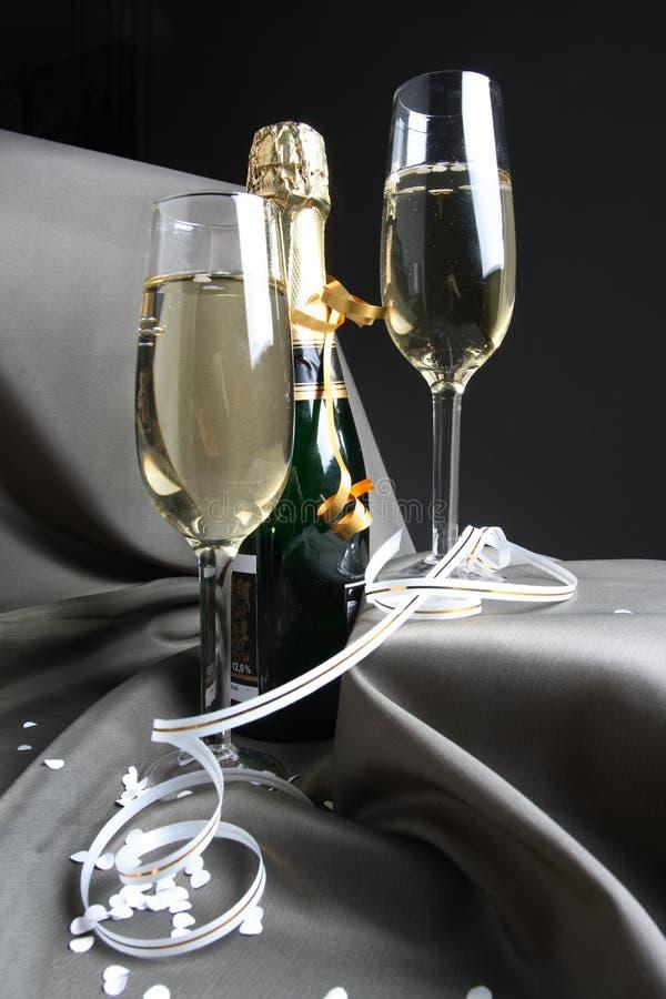 Download 准备好玻璃的节假日 库存图片. 图片 包括有 附注, 嘶嘶响, 香槟, 胜利, buboes, 水晶, 圣诞节 - 3653405