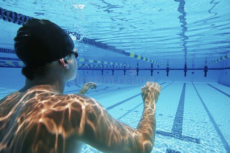 准备好男性的游泳者游泳 免版税库存照片