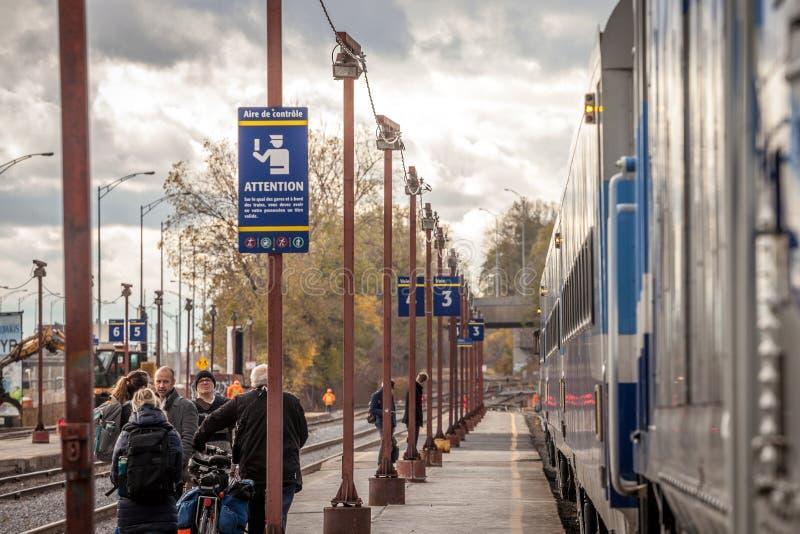 准备好的乘客上在Gare吕西安L'阿列省的市郊火车驻地的一列Exo蒙特利尔市郊火车 图库摄影