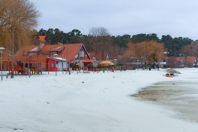 准备好的冰的渔夫进来在电雪撬远从岸,冬天渔的雪上电车 库存图片