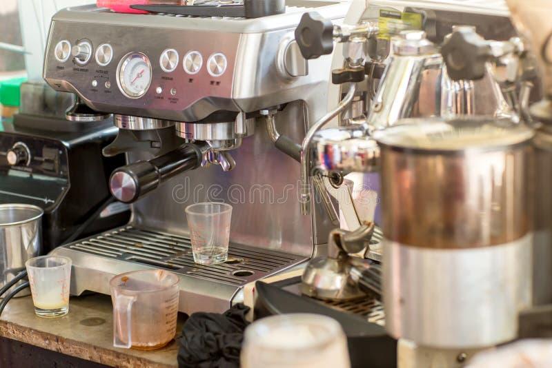 准备好的咖啡机成功一个杯子在咖啡馆的浓咖啡 做一杯咖啡的咖啡机在餐馆 免版税图库摄影