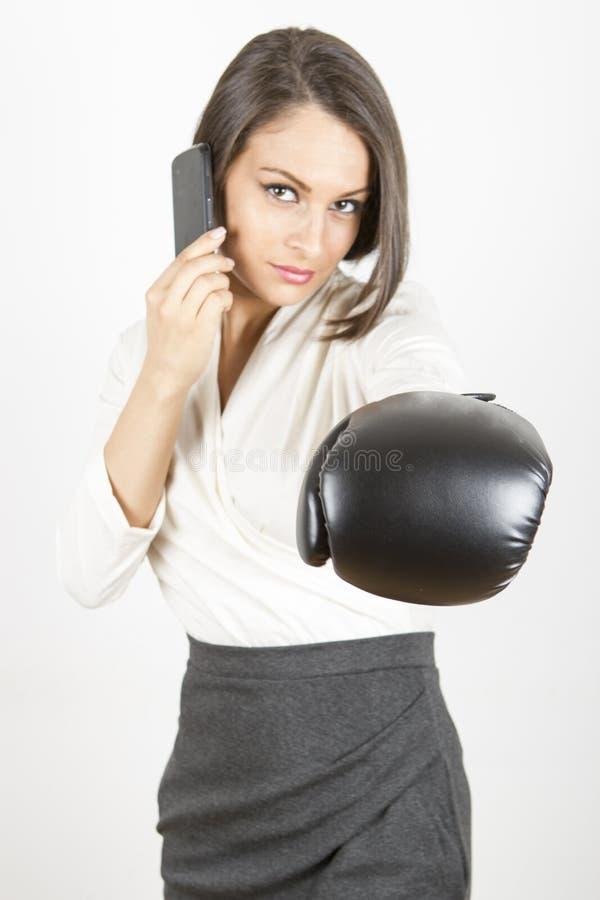 准备好的女商人战斗 免版税库存图片
