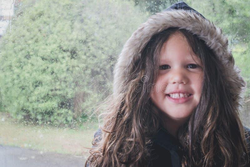 准备好的女孩出去在雨中 免版税库存图片