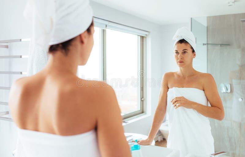 准备好的妇女在浴以后 库存图片