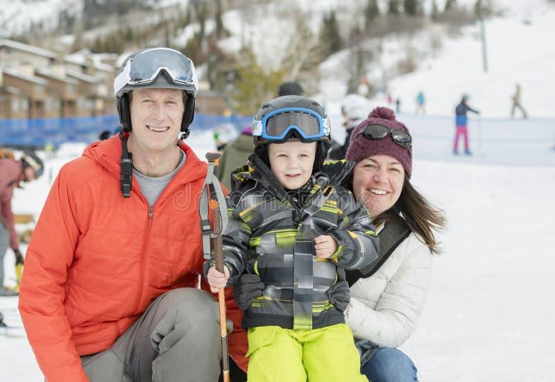 准备好的家庭滑雪与小孩男孩在所有安全齿轮穿戴了 免版税库存照片