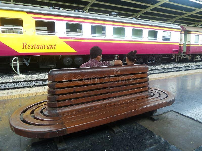 准备好的恋人旅行在火车平台 免版税库存图片