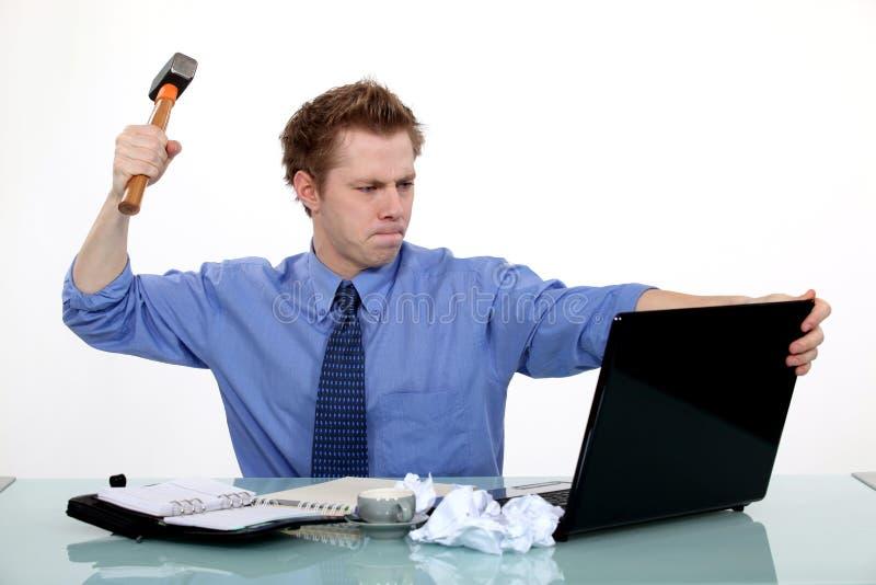 准备好的生意人捣毁膝上型计算机 库存照片