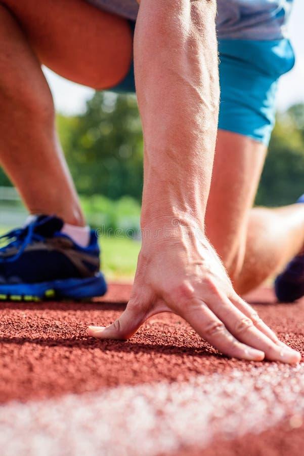 准备好的赛跑者去紧密  灵活性是能力舒展联接到范围运动极限  联合喜欢赛跑者 库存图片